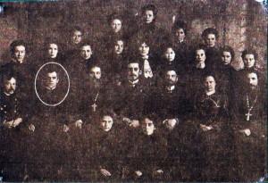 Отец Казимир Калинка среди преподавателей и учениц Женской гимназии. 1907 г.