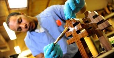 Заключенные из США сделали кресло для понтифика