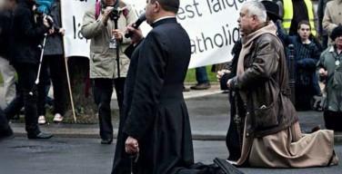 Пробуждение Парижа: 7 000 католиков на коленях молились на улицах