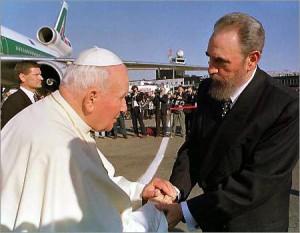 Фидель Кастро приветствует Иоанна Павла II на Кубе. 1998 г.