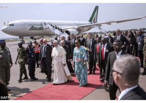 Папу Франциска встречают на аэродроме Банги
