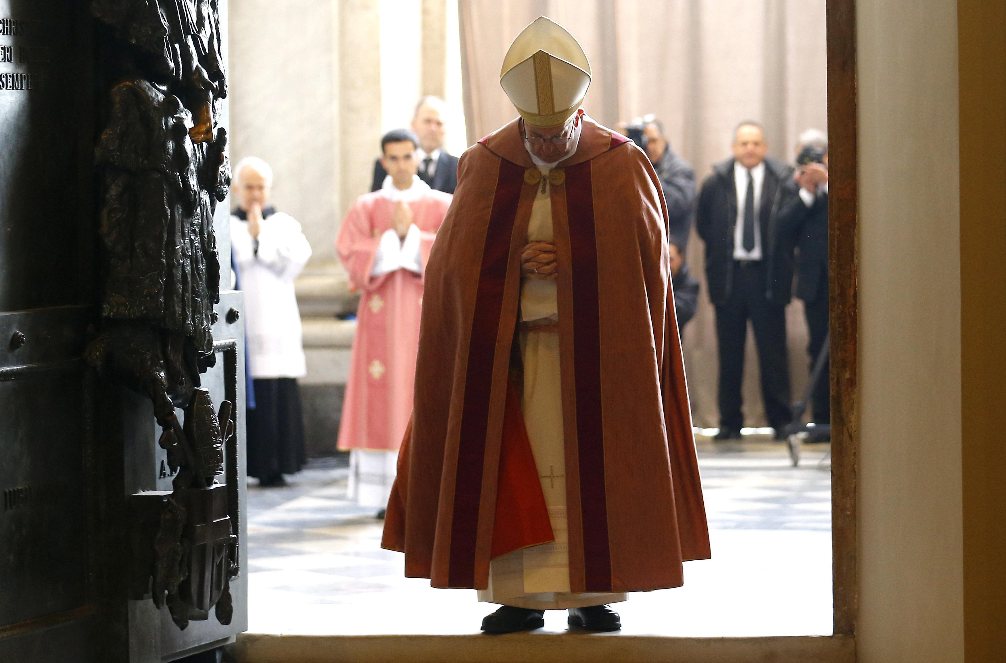 Папа открыл Святые Врата в Латеранской базилике