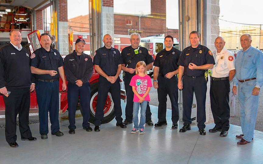 В США 8-летняя девочка делает кресты для полицейских