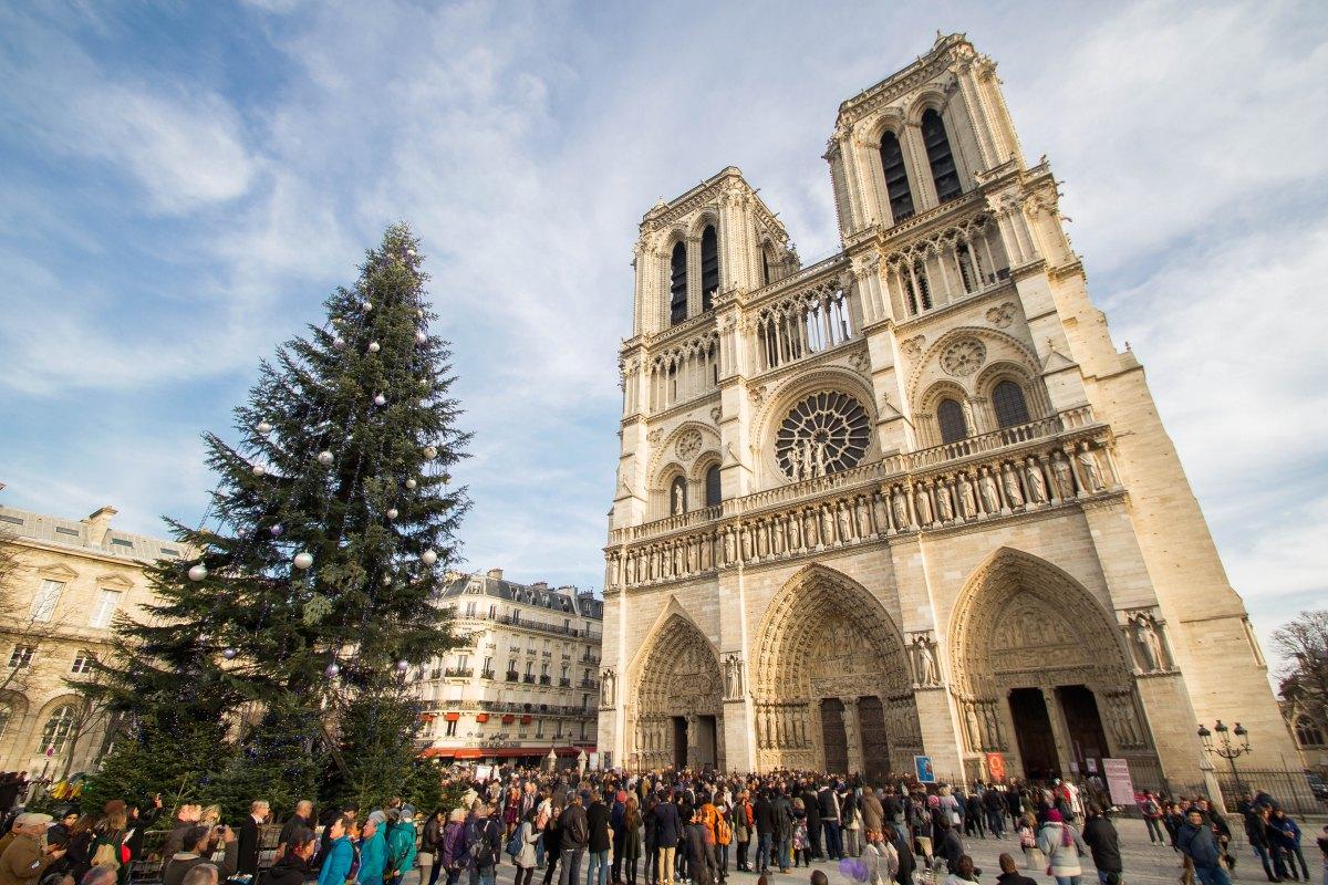 В рождественскую ночь мусульмане организовали охрану католического храма во Франции