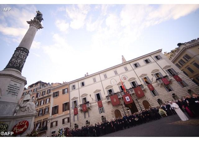 В торжество Непорочного Зачатия Папа Франциск молился у фигуры Богоматери на площади Испания в Риме
