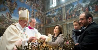 Папа окрестил 26 детей в Сикстинской капелле
