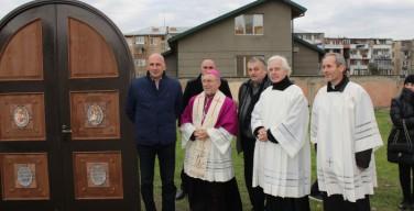 Грузинские католики открыли Святые врата на месте будущего храма