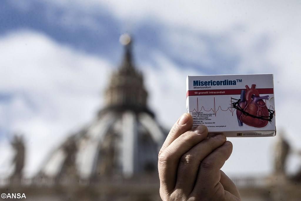 На площади св. Петра раздавали лекарства, способствующие милосердию