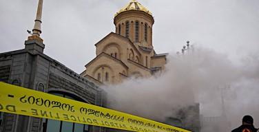 Тбилиси: продолжаются работы по ликвидации пожара в соборе Святой Троицы