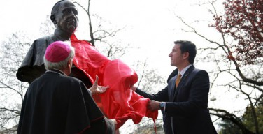 В столице Албании установили памятник Папе Римскому Франциску