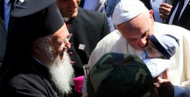 Папа Франциск объяснил, почему он взял с Лесбоса мусульманские семьи