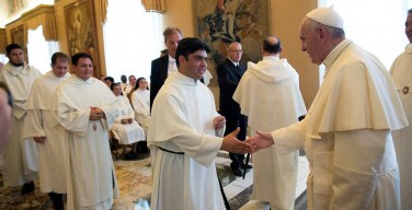 Папа Франциск: идти к окраинам человеческой бедности можно только «налегке»