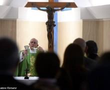 Папа: Бога встречают стоя, в тишине и выходя навстречу другим