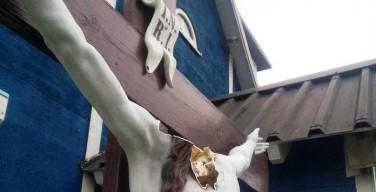СМИ: в Тольятти вандалы разгромили статую Иисуса Христа у католического храма