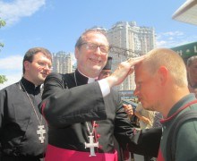 Посол Ватикана пришел на обед к одесским бездомным