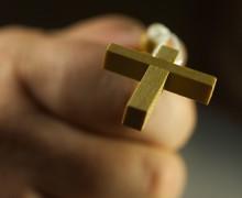 Во Франции неизвестные избили молодого человека из-за католического крестика