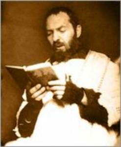 Падре Пио читает Бревиарий
