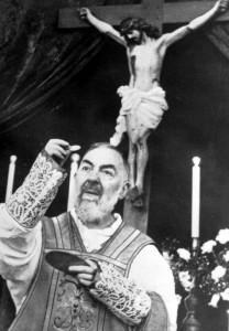 Отец Пио служит Мессу