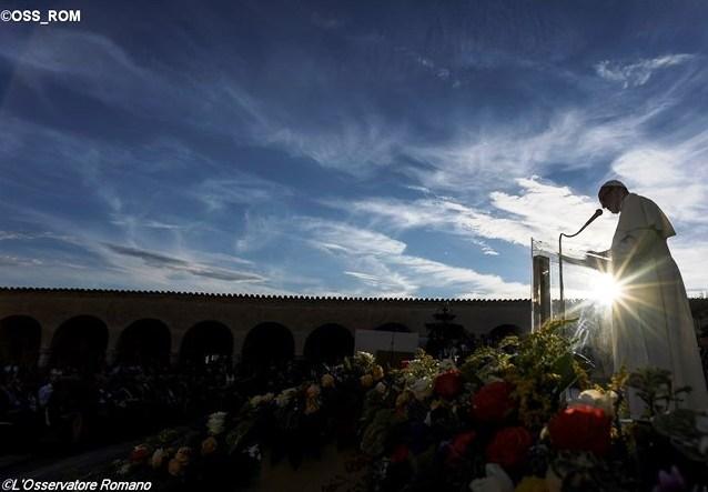 Папа Франциск в Ассизи: война не может быть священной