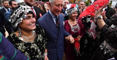 Принц Чарльз станцевал с прихожанами сиро-яковитского собора в Лондоне (ФОТО)