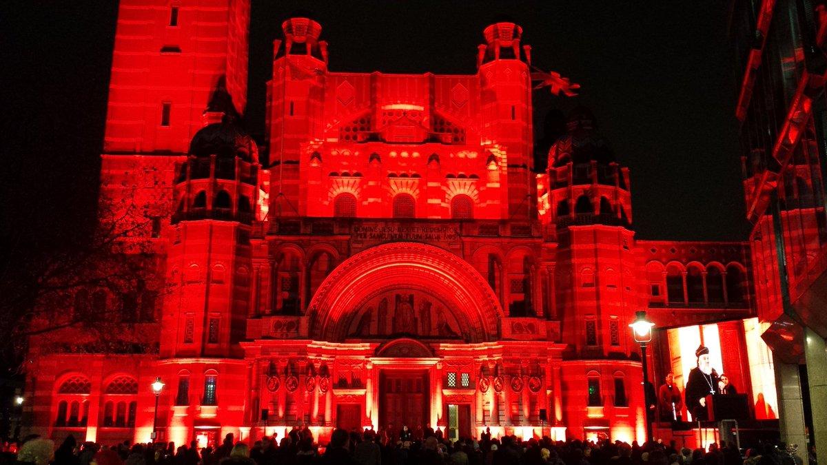 Собор и аббатство в Вестминстере подсветили красным в знак солидарности с гонимыми христианами