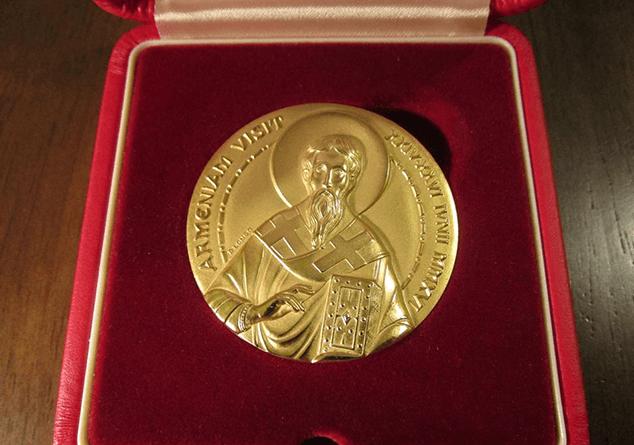 Автор самого маленького портрета Папы Римского получил памятную медаль