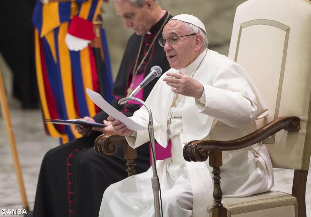 Папа призвал бороться с коррупцией и защищать права человека