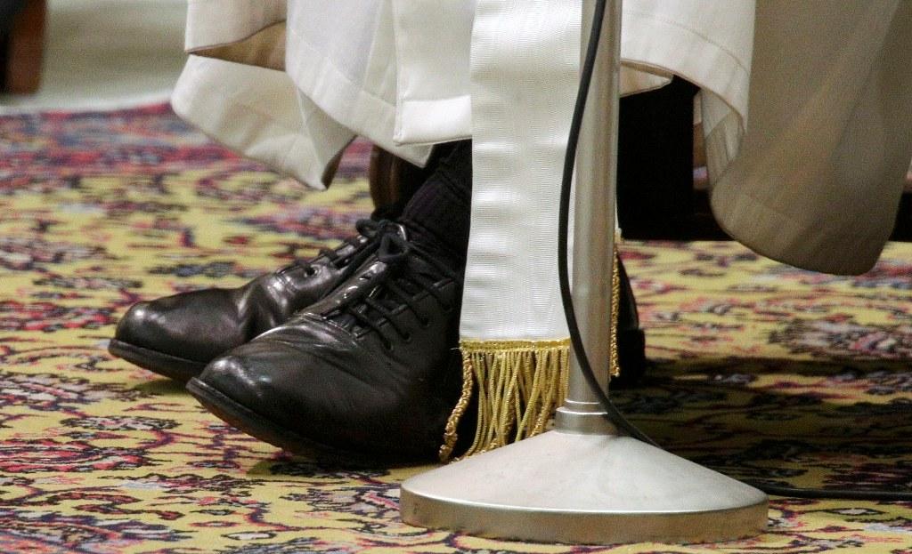 Папа Франциск купил ботинки в римском обувном магазине