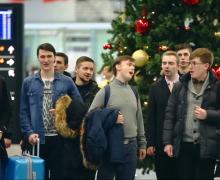 Петербургские семинаристы устроили песенный флешмоб в Пулково и Эрмитаже