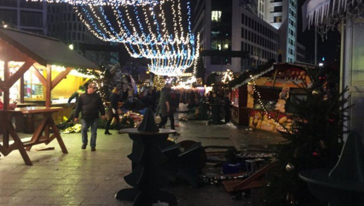 В Берлине грузовик врезался в толпу на рождественском рынке