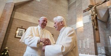 Бенедикт XVI поздравил Папу Франциска с юбилеем