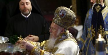 Патриарх Варфоломей освятил воды бухты Золотой Рог по случаю праздника Богоявления