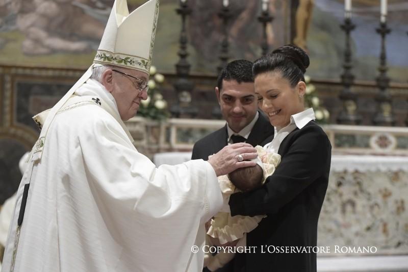 Папа во время крещения в Ватикане: плач был первой проповедью Иисуса