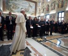 Папа: экономика, которая выгоняет людей на обочину, возвращается бумерангом
