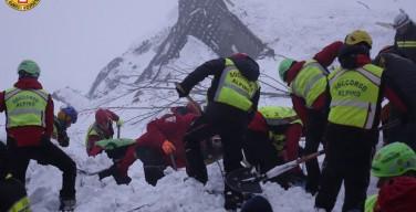 Спасатели нашли 11 выживших под завалами отеля в Италии