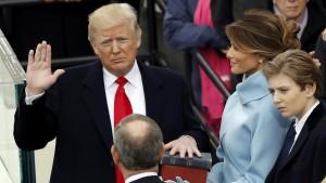 amtseid-und-erste-rede-donald-trump-ist-der-45-praesident-der-vereinigten-staaten-von-amerika (1)