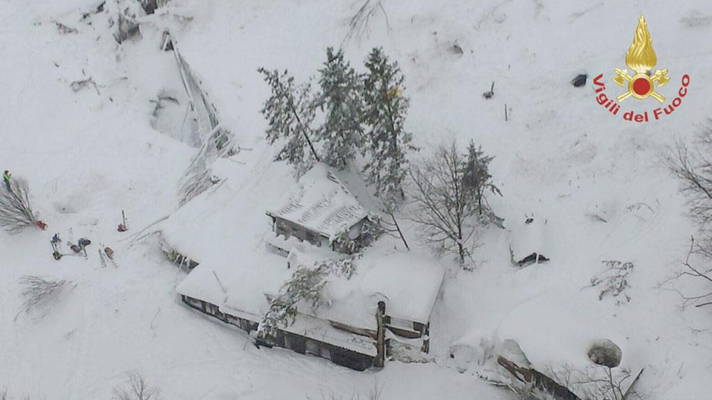 В Италии спасатели начали извлекать тела погибших под лавиной постояльцев отеля