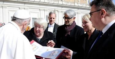 Первую литовско-ватиканскую почтовую марку вручили Папе Римскому