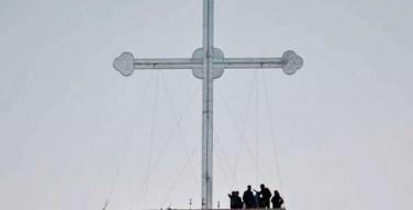 Христиане Ирака воздвигли огромный крест в пригороде Мосула