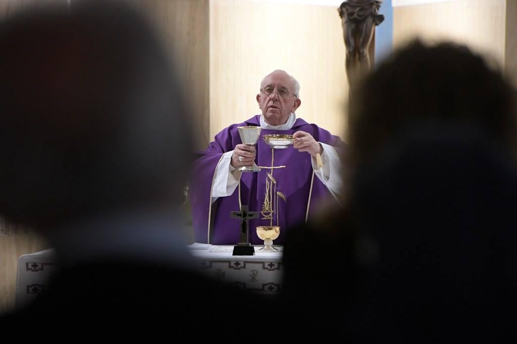 Папа: распятие — не только символ принадлежности, это знак Божьей любви