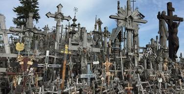 В Литве загорелась одна из главных христианских святынь Гора крестов