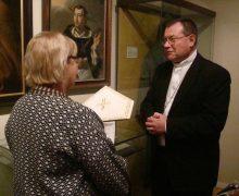 Монс. Павел Пецци передал в дар Государственному музею истории религии знаки епископского достоинства
