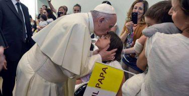 Папа посетил детскую клинику «Газлини»