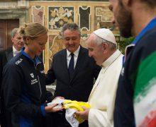 Папа встретился с итальянскими пловцами