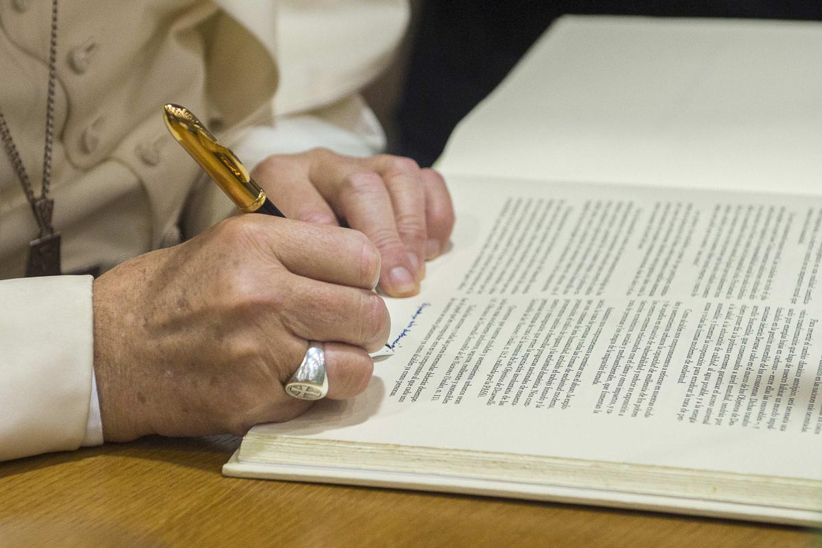 Папа: зловоние коррупции исходит из разлагающегося сердца