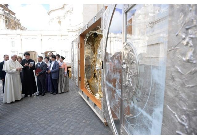 Папа Франциск благословил «алтарь молитвы о мире»