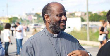 Эритрейского священника, кандидата на Нобелевскую премию мира, обвиняют в содействии нелегальной имиграции
