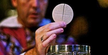 Ватикан: следить за пригодностью хлеба и вина для Евхаристии