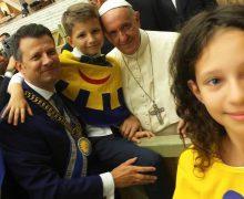 Дети мира наградили Папу Франциска Орденом Улыбки