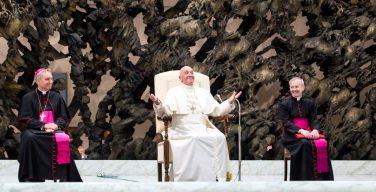 Папа: умение посмеяться над собой спасает от нарциссизма